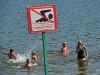 Челябинцы массово купаются в местных водоемах несмотря на кишечную палочку