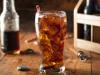 Врачи настоятельно не рекомендуют пить диетическую газировку